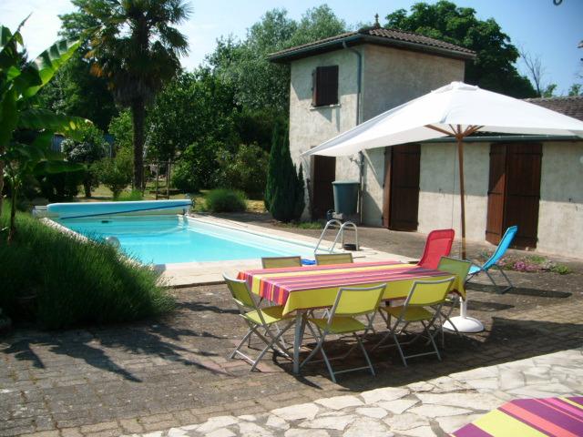 region aquitaine maison echange maison avec piscine aux. Black Bedroom Furniture Sets. Home Design Ideas